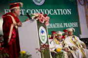 Его Святейшество Далай-лама выступает с речью на торжественной церемонии вручения научных степеней в Университете штата Химачал-Прадеш в Шахпуре, Индия.  28 февраля 2013 г. Фото: Тензин Чойджор (Офис ЕСДЛ)