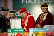 Его Святейшеству Далай-ламе вручают свидетельство о присвоении почетной степени доктора философии Университета штата Химачал-Прадеш в Шахпуре, Индия. 8 февраля 2013 г. Фото: Тензин Чойджор (Офис ЕСДЛ)
