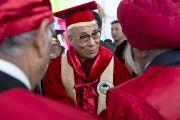 Его Святейшество Далай-лама представляют научным сотрудникам Университета штата Химачал-Прадеш в Шахпуре, Индия, перед началом торжественной церемонии вручения научных степеней. 28 февраля 2013 г. Фото: Тензин Чойджор (Офис ЕСДЛ)
