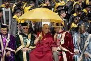 Его Святейшество Далай-лама с ректором и вице-ректором Университета штата Химачал-Прадеш в Шахпуре. 28 февраля 2013 г. Фото: Тензин Чойджор (Офис ЕСДЛ)