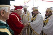 Его Святейшество Далай-ламу представляют научным сотрудникам Университета штата Химачал-Прадеш в Шахпуре, Индия, перед началом торжественной церемонии вручения научных степеней. 28 февраля 2013 г. Фото: Тензин Чойджор (Офис ЕСДЛ)