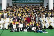 Его Святейшество Далай-лама фотографируется на память с выпускниками и старшими преподавателями Университета штата Химачал-Прадеш в Шахпуре. 28 февраля 2013 г. Фото: Тензин Чойджор (Офис ЕСДЛ)