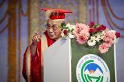 Его Святейшество Далай-лама и руководство Университета штата Химачал-Прадеш в Шахпуре во время исполнения государственного гимна Индии перед началом торжественной церемонии вручения научных степеней. 28 февраля 2013 г. Фото: Тензин Чойджор (Офис ЕСДЛ)
