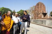 Его Святейшество Далай-лама во время посещения археологических раскопок  на месте храма Лакшман в Сирпуре, штат Чаттисгарх, Индия. 7 марта 2013 г. Фото: Тензин Такла (офис ЕСДЛ)