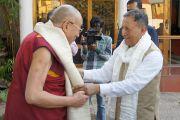 Губернатор штата Чаттисгарх Шекхар Дутт приветствует Его Святейшество Далай-ламу в резиденции Радж Бхаван в Райпуре. 6 марта 2013 г. Фото: Тензин Такла (офис ЕСДЛ)