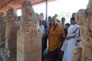 Его Святейшество Далай-лама во время посещения археологических раскопок в Сирпуре, штат Чаттисгарх, Индия. 7 марта 2013 г. Фото: Тензин Такла (офис ЕСДЛ)