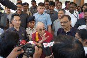 Его Святейшество Далай-лама беседует с журналистами во время посещения археологических раскопок в Сирпуре, штат Чаттисгарх, Индия. 7 марта 2013 г. Фото: Тензин Такла (офис ЕСДЛ)