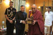 Губернатор штата Чаттисгарх Шекхар Дутт преподнес Его Святейшеству Далай-ламе памятный подарок во время обеда в резиденции Радж Бхаван в Райпуре. 7 марта 2013 г. Фото: Тензин Такла (офис ЕСДЛ)