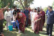 Его Святейшество Далай-лама сажает дерево на лужайке возле резиденции Радж Бхаван в Райпуре, штат Чаттисгарх, Индия. 7 марта 2013 г. Фото: Тензин Такла (офис ЕСДЛ)