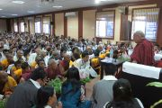 Его Святейшество Далай-лама на встрече с членами тибетской общины из близлежащих тибетских поселений Бхандара (штат Махараштра) и Мэйнпат (штат Чаттисгарх) в Райпуре, штат Чаттисгарх, Индия. 7 марта 2013 г. Фото: Тензин Такла (офис ЕСДЛ)