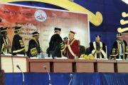 Его Святейшество Далай-лама приветствует главного министра штата Чаттисгарх Рамана Сингха во время торжественной церемонии вручения дипломов в университете журналистики и массовых коммуникаций в Райпуре, штат Чаттисгарх, Индия. 7 марта 2013 г. Фото: Тензин Такла (офис ЕСДЛ)