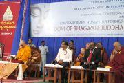 """Его Святейшество Далай-лама принимает участие в кратком молебне, открывающем церемонию инаугурации международной конференции """"Страдания человечества в современном мире: мудрость Бхагавана Будды"""", организованной университетом Тумкур и монастырем Сера Чже. 6 марта 2013 г. Фото: Тензин Такла (офис ЕСДЛ)."""