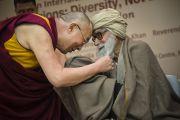 Его Святейшество Далай-лама приветствует Молану Вахидуддина Кхана, мусульманского ученого и активного защитника мира, одного из докладчиков на межрелигиозной встрече «О мировых религиях: разнообразие, а не разногласия», организованной Индийским советом по культурным связям в честь 150-летия со дня рождения Свами Вивеканады. Нью-Дели, Индия. 9 марта 2013 г. Фото: Тензин Чойджор (офис ЕСДЛ).