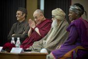 Его Святейшество Далай-лама приветствует аудиторию перед началом межрелигиозной встрече «О мировых религиях: разнообразие, а не разногласия», организованной Индийским советом по культурным связям в честь 150-летия со дня рождения Свами Вивеканады. Нью-Дели, Индия. 9 марта 2013 г. Фото: Тензин Чойджор (офис ЕСДЛ).