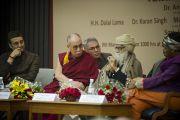 Его Святейшество Далай-лама слушает выступление докладчиков на межрелигиозной встрече «О мировых религиях: разнообразие, а не разногласия», организованной Индийским советом по культурным связям в честь 150-летия со дня рождения Свами Вивеканады. Нью-Дели, Индия. 9 марта 2013 г. Фото: Тензин Чойджор (офис ЕСДЛ).