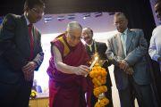 Его Святейшество Далай-лама зажигает светильник на праздновании 46-й годовщины основания офтальмологического научного центра им. Раджендры Прасада при Индийском институте медицинских наук (AIIMS) в Нью-Дели, Индия. 10 марта 2013 г. Фото: Тензин Чойджор (офис ЕСДЛ).