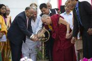 По традиции перед началом официальной программы с участием Его Святейшества Далай-ламы в Индийском институте управления был зажжен светильник. 11 марта 2013 г. Мирут, штат Уттар-Прадеш, Индий. Фото: Тензин Чойджор (офис ЕСДЛ).