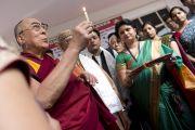 Его Святейшество Далай-лама возжигает традиционный светильник по прибытии в Индийский институт управления в Мируте, куда его пригасили выступить с речью. 11 марта 2013 г. Мирут, штат Уттар-Прадеш, Индий. Фото: Тензин Чойджор (офис ЕСДЛ).