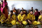 Его Святейшество Далай-лама обедает вместе с общиной ашрама Шри Убасина Каршни. 12 марта 2013 г. Матхура, штат Уттар-Прадеш, Индия. Фото: Тензин Такла (офис ЕСДЛ).