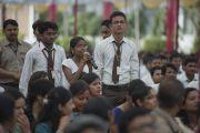 Студенты задают вопросы Его Святейшеству Далай-ламе во время его выступления в Индийском институте управления. 11 марта 2013 г. Мирут, штат Уттар-Прадеш, Индий. Фото: Тензин Чойджор (офис ЕСДЛ).