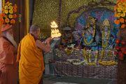 Его Святейшество Далай-лама совершает подношение аарати (подношение масляных светильников) статуе владыки Кришны и его супруги Рукмини во время посещения ашрама Шри Убасина Каршни. 12 марта 2013 г. Матхура, штат Уттар-Прадеш, Индия. Фото: Тензин Такла (офис ЕСДЛ).