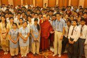 Его Святейшество Далай-лама фотографируется с учащимися 10-12 классов в Нью-Дели, Индия. 23 марта 2013 г. Фото: Джереми Рассел (Офис ЕСДЛ)