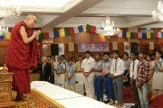 Его Святейшество приветствует учащихся перед началом интерактивного общения в Нью-Дели, Индия. 22 марта 2013 г. Фото: Тензин Пунцог (NAVA)