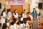 Школьница задает вопрос Его Святейшеству Далай-ламе во  время интерактивного общения с учащимися 10-12 классов в Нью-Дели, Индия. 22 марта 2013 г. Фото: Тензин Пунцог (NAVA)