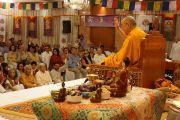 Его Святейшество Далай-лама просит поднять руки тех, кто прежде посещал его учения. Нью-Дели, Индия. 23 марта 2013 г. Фото: Джереми Рассел (Офис ЕСДЛ)
