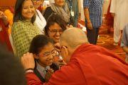 Его Святейшество Далай-лама приветствует юную почитательницу по прибытии на учения в Нью-Дели, Индия. 23 марта 2013 г. Фото: Джереми Рассел (Офис ЕСДЛ)