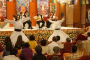 Труппа суфийских музыкантов и дервишей из Турции исполняются танцы в конце второго дня учений Его Святейшества Далай-ламы в Нью-Дели, Индия. 23 марта 2013 г. Фото: Джереми Рассел (Офис ЕСДЛ)