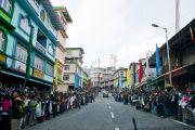 На улицах собрались толпы народа, чтобы приветствовать Его Святейшество Далай-ламу. Равангла, штат Сикким, Индия. 24 марта 2013 г. Фото: Тензин Чойджор (офис ЕСДЛ).