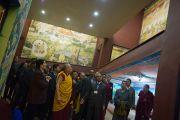 Его Святейшество Далай-лама рассматривает роспись стен внутри комплекса статуи Будды. Равангла, штат Сикким, Индия. 25 марта 2013 г. Фото: Тензин Чойджор (офис ЕСДЛ).