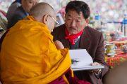Главный министр штата Сикким преподнес Его Святейшеству Далай-ламе альбом о статуе Будды Татхагата Цал. Равангла, штат Сикким, Индия. 25 марта 2013 г. Фото: Тензин Чойджор (офис ЕСДЛ).