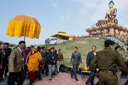 Его Святейшество Далай-лама направляется к комплексу статуи Будды, где будет проводиться церемония освящения. Равангла, штат Сикким, Индия. 25 марта 2013 г. Фото: Тензин Чойджор (офис ЕСДЛ).