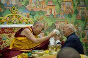 Губернатор штата Сикким приветствует Его Святейшество Далай-ламу в молитвенном зале комплекса статуи Будды. Равангла, штат Сикким, Индия. 25 марта 2013 г. Фото: Тензин Чойджор (офис ЕСДЛ).