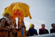 Его Святейшество Далай-лама завершает церемонию освящения статуи Будды Татхагата Цал. Равангла, штат Сикким, Индия. 25 марта 2013 г. Фото: Тензин Чойджор (офис ЕСДЛ).