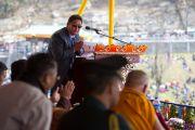 Секретарь департамента по духовным делам штата Сикким Цечоклинг Ринпоче произносит слова благодарности по завершению освящения статуи Будды Татхагата Цал. Равангла, штат Сикким, Индия. 25 марта 2013 г. Фото: Тензин Чойджор (офис ЕСДЛ).