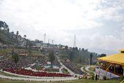 Вид на парк Татхагата Цал, где по случаю церемонии освящения исполинской статуи Будды собрались толпы людей. Равангла, штат Сикким, Индия. 25 марта 2013 г. Фото: Тензин Чойджор (офис ЕСДЛ).