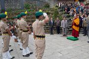 Его Святейшество Далай-лама приветствует служащих сил безопасности перед началом церемонии подношения молебна о долголетии. Равангла, штат Сикким, Индия. 26 марта 2013 г. Фото: Тензин Чойджор (офис ЕСДЛ).