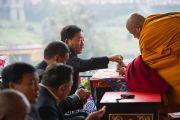 Почетные гости получают благословленные субстанции во время церемонии подношения Его Святейшеству Далай-ламе молебна о долголетии. Равангла, штат Сикким, Индия. 26 марта 2013 г. Фото: Тензин Чойджор (офис ЕСДЛ).