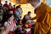 Присутствующим на церемонии подношения Его Святейшеству Далай-ламе молебна о долголетии раздают благословленные субстанции. Равангла, штат Сикким, Индия. 26 марта 2013 г. Фото: Тензин Чойджор (офис ЕСДЛ).