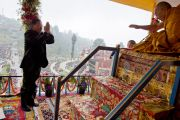 Главный министр штата Сикким Паван Чамлинг выражает почтение Его Святейшеству Далай-ламе во время церемонии подношения молебна о долголетии. Равангла, штат Сикким, Индия. 26 марта 2013 г. Фото: Тензин Чойджор (офис ЕСДЛ).
