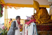 Секретарь департамента по духовным делам Цечоклинг Ринпоче во время церемонии  подношения Его Святейшеству Далай-ламе молебна о долголетии. Равангла, штат Сикким, Индия. 26 марта 2013 г. Фото: Тензин Чойджор (офис ЕСДЛ).