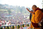 Его Святейшество Далай-лама приветствует людей, собравшихся на церемонию подношения молебна о долголетии. Равангла, штат Сикким, Индия. 26 марта 2013 г. Фото: Тензин Чойджор (офис ЕСДЛ).