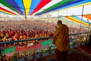 Его Святейшество Далай-лама приветствует собравшихся перед началом посвящение Авалокитешвары в Салугаре. Западная Бенгалия, Индия. 29 марта 2013 г. Фото: Тензин Чойджор (офис ЕСДЛ).