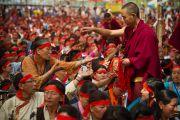 Участникам учений раздают благословленные шнурочки во время посвящения Авалокитешвары, которое даровал Его Святейшество Далай-лама в Салугаре. Западная Бенгалия, Индия. 29 марта 2013 г. Фото: Тензин Чойджор (офис ЕСДЛ).