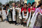 Тибетские женщины ожидают прибытия Его Святейшества Далай-ламы в Салугару. Западная Бенгалия, Индия. 27 марта 2013 г. Фото: Тензин Чойджор (офис ЕСДЛ).