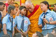 Его Святейшество Далай-лама и тибетские школьники, выступавшие на концерте перед началом трехдневных учений в Салугаре. Западная Бенгалия, Индия. 27 марта 2013 г. Фото: Тензин Чойджор (офис ЕСДЛ).