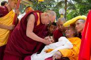 Его Святейшество Далай-лама здоровается с пожилым монахом по приезде в Салугару. Западная Бенгалия, Индия. 27 марта 2013 г. Фото: Тензин Чойджор (офис ЕСДЛ).
